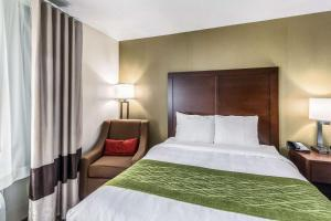 A bed or beds in a room at Comfort Inn Medford