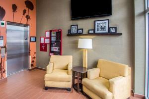 A seating area at Sleep Inn JFK Airport Rockaway Blvd Jamaica