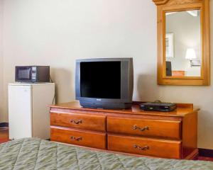 A television and/or entertainment center at Rodeway Inn Huntington Station - Melville
