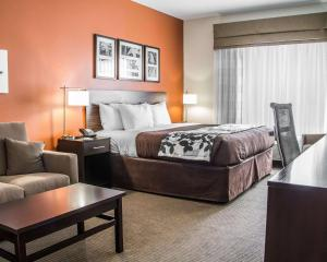 A bed or beds in a room at Sleep Inn & Suites Blackwell I-35