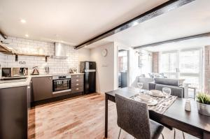 A kitchen or kitchenette at Home At The Mill Call to Book