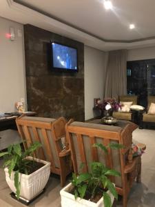 Uma TV ou centro de entretenimento em Shallom Hotel