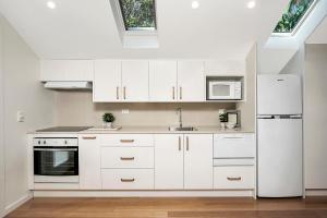 A kitchen or kitchenette at Garden Studio, Minutes Walk from St Leonards Station - NBN01