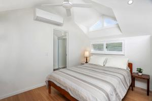 A bed or beds in a room at Garden Studio, Minutes Walk from St Leonards Station - NBN01