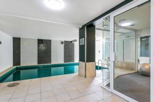 The swimming pool at or near Walk to the MCG, The Tan, Botanic gardens & train