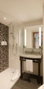 Ein Badezimmer in der Unterkunft Hampton By Hilton Hamburg City Centre