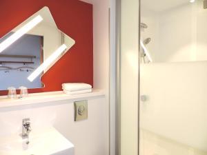 Salle de bains dans l'établissement ibis budget Amiens Centre Gare