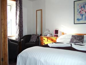 A bed or beds in a room at Links Side Guest House