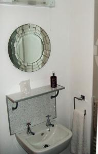 A bathroom at Links Side Guest House