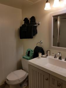 A bathroom at Georgian Inn Beach Club