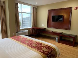 Cama ou camas em um quarto em The Queens Hotel