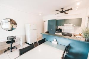 A kitchen or kitchenette at Inner City Value