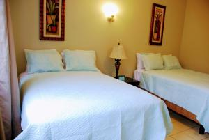 A bed or beds in a room at Jacks Hill Tropical Arcadia