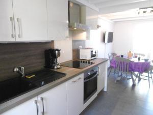 A kitchen or kitchenette at Maisonnette Lizig