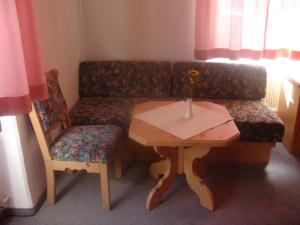 Ein Sitzbereich in der Unterkunft Gasthaus zum guten Hirten