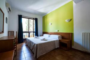 A bed or beds in a room at Hostal Don Carlos