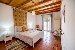 A bed or beds in a room at Vale do Grou Natura