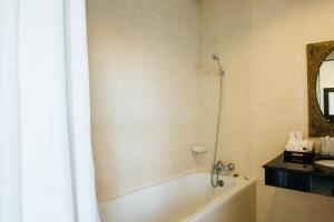 A bathroom at Diamond Park Inn Chiangrai & Resort