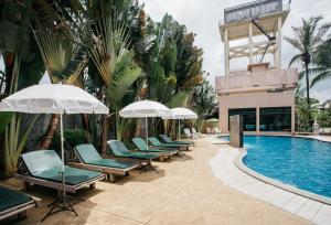 The swimming pool at or near Diamond Park Inn Chiangrai & Resort