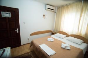 מיטה או מיטות בחדר ב-Pensiunea Melisa