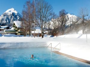 Der Swimmingpool an oder in der Nähe von Travel Charme Fürstenhaus am Achensee