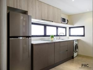 A kitchen or kitchenette at Macallum Central Hotel by PHC
