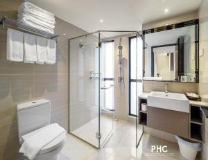 A bathroom at Macallum Central Hotel by PHC