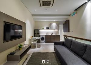 A seating area at Macallum Central Hotel by PHC