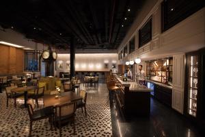 Yangon Excelsiorにあるレストランまたは飲食店