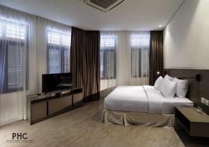 A television and/or entertainment centre at Magazine Vista Hotel by PHC