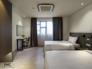 A bed or beds in a room at Magazine Vista Hotel by PHC