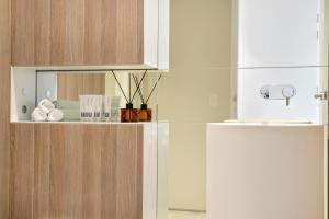 A kitchen or kitchenette at Modern Luxury Apartment in the Heart of Sydney CBD