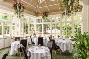 A restaurant or other place to eat at Woodland Manor Hotel