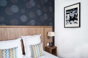 Ein Bett oder Betten in einem Zimmer der Unterkunft Logis Hôtel La Caravelle