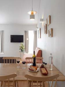A television and/or entertainment centre at Lisbon Serviced Apartments - Benformoso