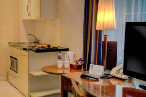 A kitchen or kitchenette at Best Western Homestead Court Hotel
