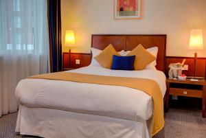 A bed or beds in a room at Best Western Homestead Court Hotel