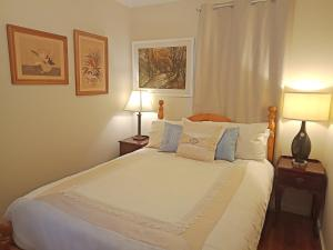 A bed or beds in a room at Bomaderry Guesthouse