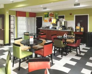 A restaurant or other place to eat at Quality Inn Prattville I-65