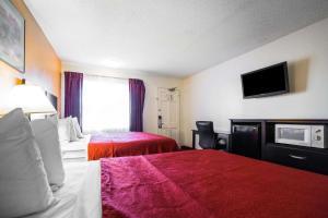 Postel nebo postele na pokoji v ubytování Rodeway Inn Kingman Route 66