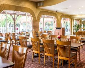 A restaurant or other place to eat at Quality Hotel Americana Nogales