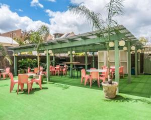 A restaurant or other place to eat at Comfort Inn Regal Park, North Adelaide