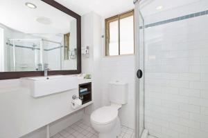 A bathroom at Comfort Inn & Suites Northgate Airport Motel