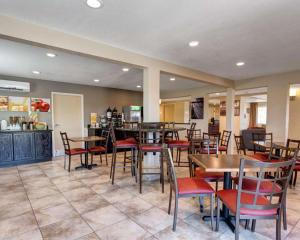 A restaurant or other place to eat at Quality Inn Prescott