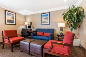 A seating area at Comfort Inn Santa Monica - West Los Angeles