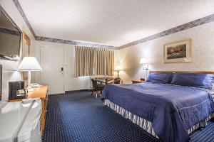 A bed or beds in a room at Econo Lodge Inn & Suites near China Lake Naval Station