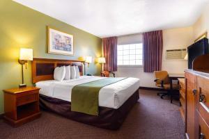 Cama o camas de una habitación en Rodeway Inn Auburn – Foresthill