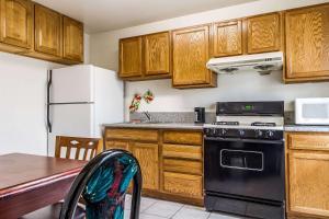 Una cocina o zona de cocina en Rodeway Inn Auburn – Foresthill