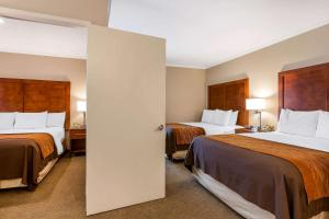 A bed or beds in a room at Comfort Inn Santa Monica - West Los Angeles