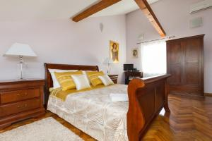 A bed or beds in a room at Luxury Apartment Matkovic